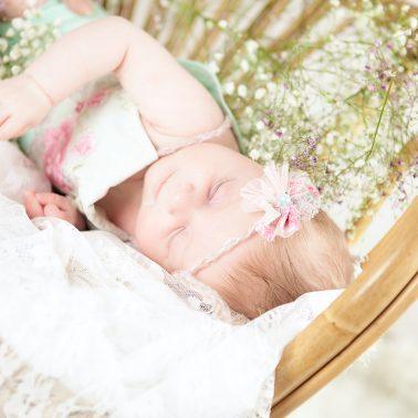Baby-schlafend-vintage-Sessel-Blumen