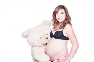 Babybauch-Shooting-Teddybär-Seitenprofil-Vorfreude