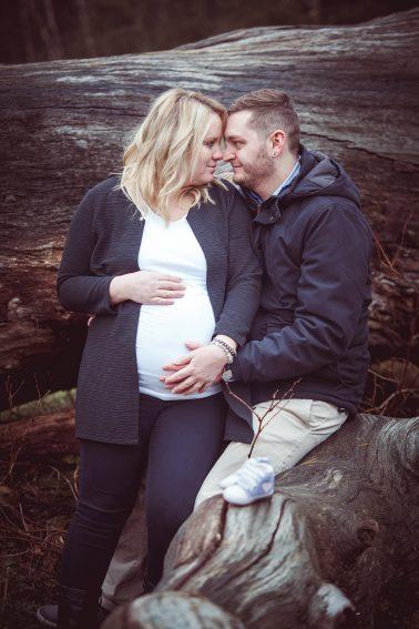 Babybauchbilder-Paar-Baumstamm