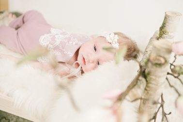 Babybettchen-Holz-suesses-Babyportrait