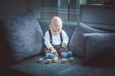 Babyshooting-Sofa-mit-Spielwuerfel