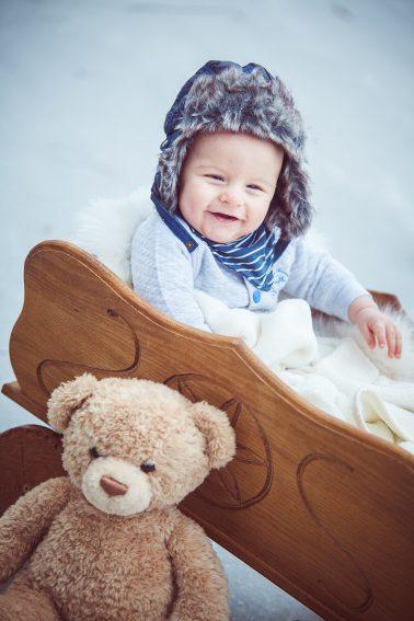 Babyshooting-im-Leiterwagen-Schnee