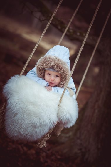 Babyshooting-im-Winter-Schaukel