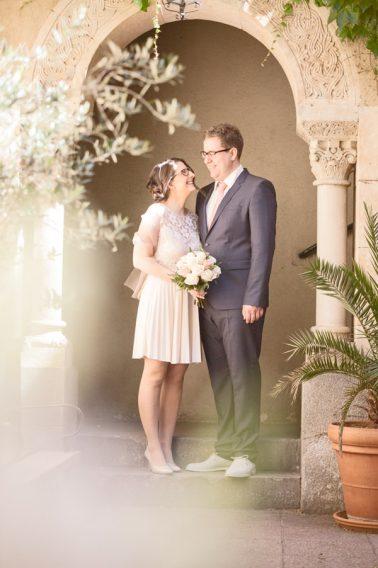 Brautpaarshooting-Ehepaar-Steinbogen-Pflanzenarragement