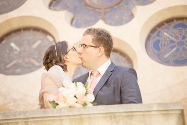 Brautpaarshooting-Liebe-Kuss-unschärfeverlauf-Kirche