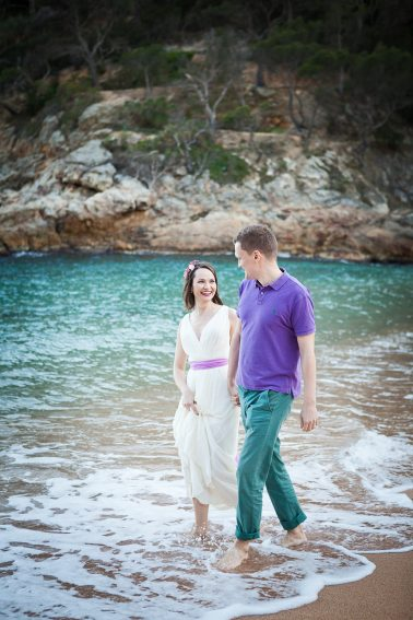 Brautpaarshooting-Strandspaziergang-durch-Wasser