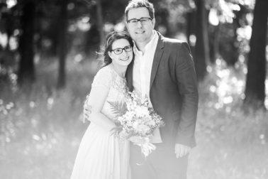 Brautpaarshooting-Umarmung-Natur-schwarz-weiß