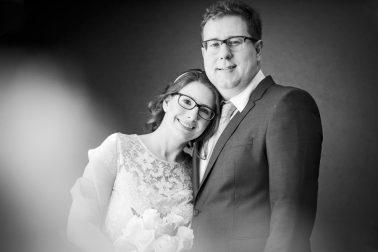 Brautpaarshooting-angelehnt-schwarz-weiß