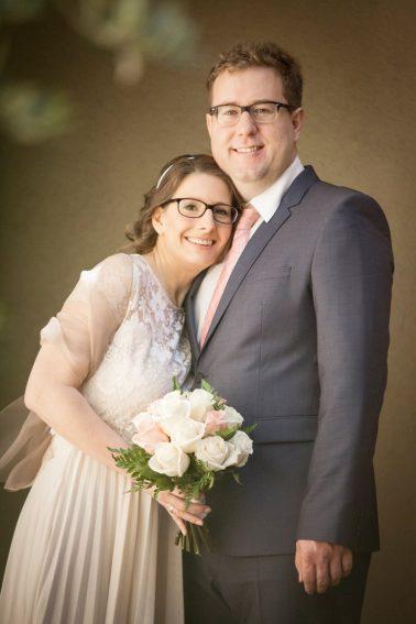 Brautpaarshooting-angelehnt-zärtlich-Glücksmoment