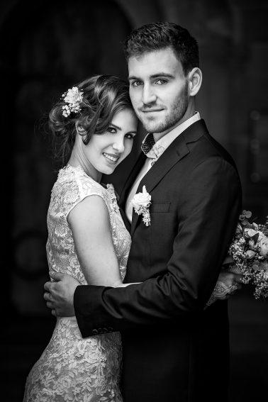 Brautpaarshooting-schwarz-weiß-romantik-Seitenaufnahme