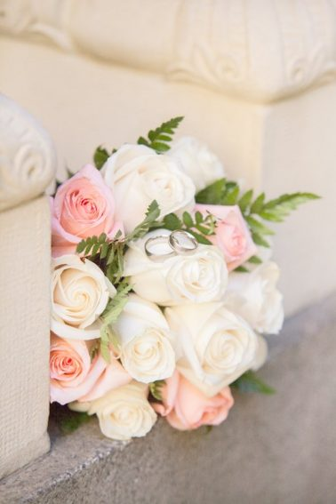 Brautstrauß-Eheringe-Rosen-Nahaufnahme-Dekoriert