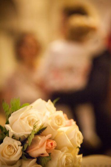 Brautstrauß-unschärfeeffekt-Hochzeitspaar