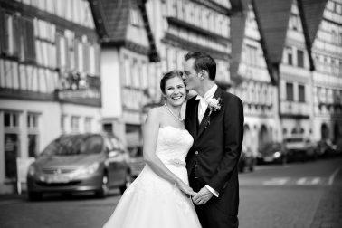 Hochzeit-Kuss-Brautkleid-lachen-schwarz-weiß