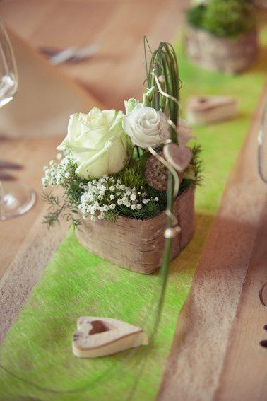Hochzeitsreportage-Blumenbouquet-Tischdekoration-Rinde-Holzschale-Rosen