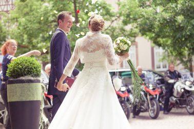 Hochzeitsreportage-Blumenregen-Blüten-verheiratet-Ehe