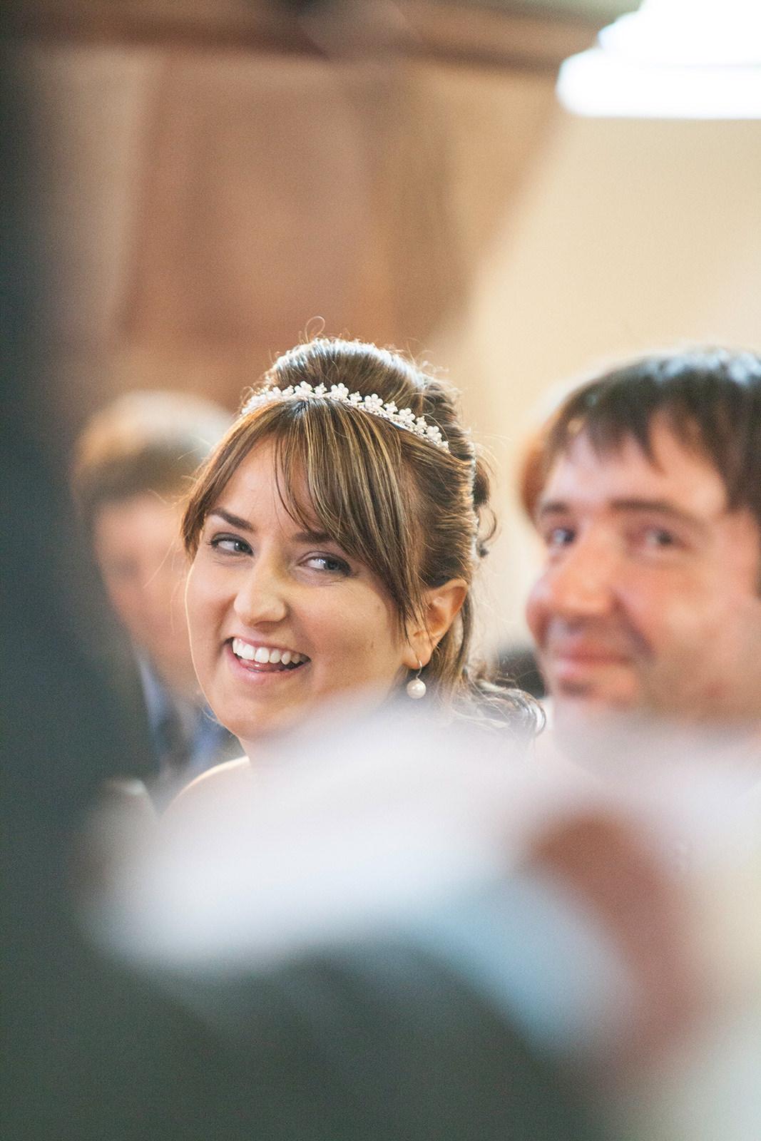 Hochzeitsreportage-Brautpaar-happy-Blickwinkel