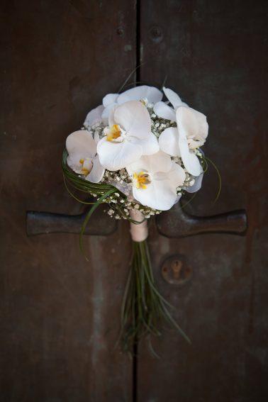Hochzeitsreportage-Brautstrauß-Orchideen-Kirchentor-Nahaufnahme