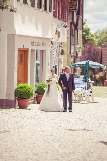 Hochzeitsreportage-Brautvater-Braut-glücklich-Tradition