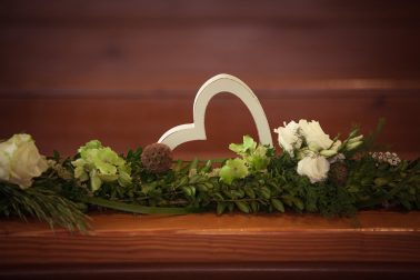 Hochzeitsreportage-Dekoration-Holzherz-Blumenschmuck-Rosen
