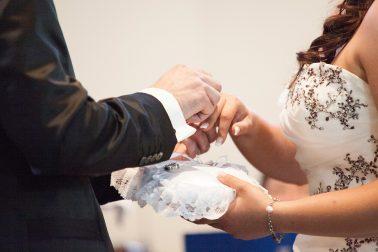 Hochzeitsreportage-Ehering-anstecken-tauschen-Trauung