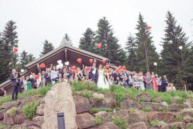 Hochzeitsreportage-Hochzeitsgesellschaft-Gruppenfoto-Tradition-Ballons
