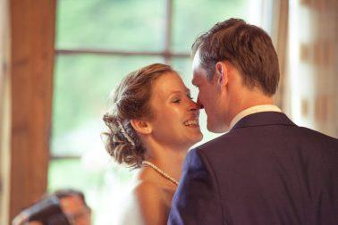 Hochzeitsreportage-Kuss-erster-Tanz-romantik-romantisch