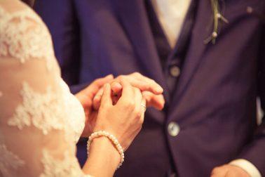 Hochzeitsreportage-Ringe-anstecken-Tradition-Eheversprechen-unschärfeeffekt-Fokus