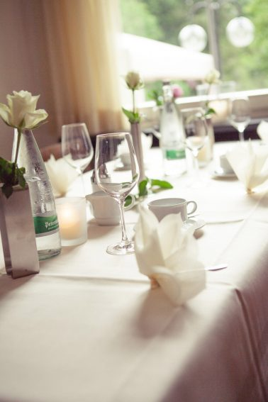 Hochzeitsreportage-Tischedekoration-Gedeck-Arrangement-Hochzeit