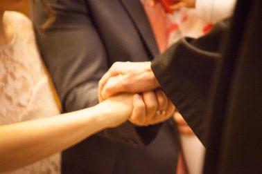 Hochzeitsreportage-Trauung-Eheversprechen-Priester-Hand-halten