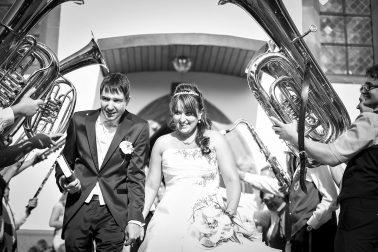 Hochzeitsreportage-kirchliche-Trauung-Band-Hochzeitsmarsch