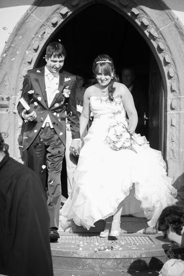 Hochzeitsreportage-nach-der-Trauung-Ehepaar-schwarz-weiß