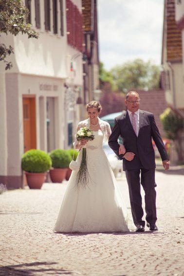 Hochzeitsreportage-traditionell-stolz-Brautvater-Braut