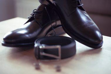 Hochzeitsreportage-unschärfeverlauf-Schuhe-Gürtel-Nahaufnahme