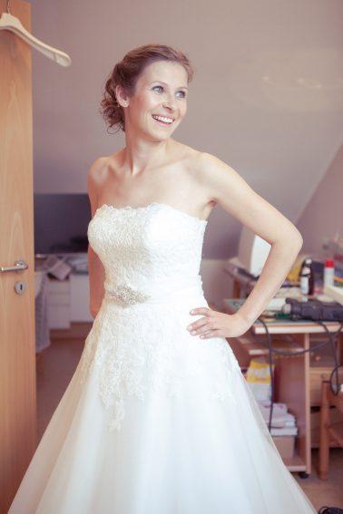 Hochzeitsreprotage-Braut-Kleid-glücklich-aufgeregt