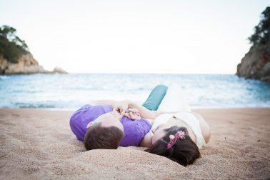 Hochzeitsshooting-im-Sand-liegen