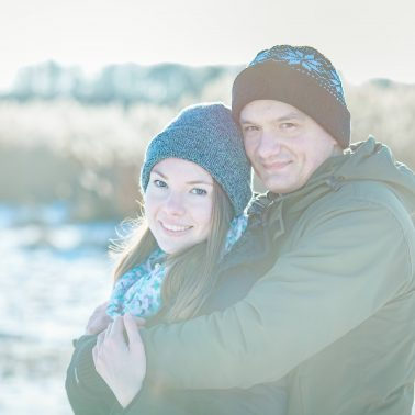 Paarbilder-im-Arm-haltend-Winter