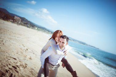 Paarfotografie-Strand-auf-Ruecken-tragen