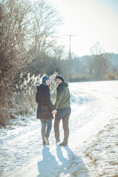 Paarshooting-Spaziergang-im-Schnee