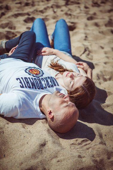 Paarshooting-Strand-im-Sand-liegen