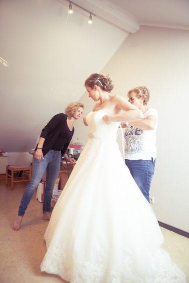 Reportage-Anprobe-Brautkleid-Einkleiden-Hochzeit