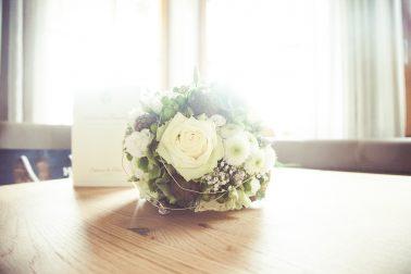 Reportage-Brautstrauß-Buket-Rosen-weiß-Fokus-nah-Blumen