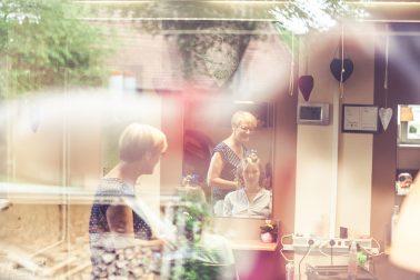 Reportage-Friseur-Styling-Haare-Make-up-Fenster-Hochzeitsmorgen-früh-Spannung