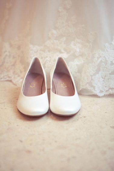 Reportage-Schuhe-Hochzeit-weiß-Fokus-Accessoires