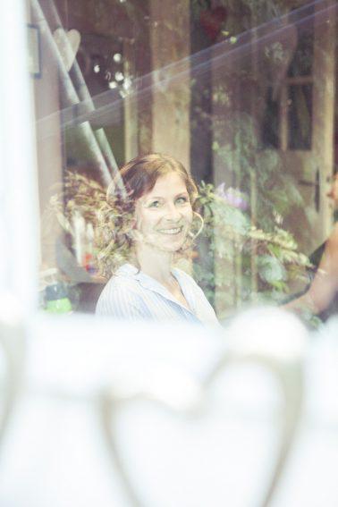 Reportage-steffi-Braut-Hochzeitstag-Morgen-Fenster-Spiegelung-Vorfreude