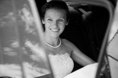 Reportage-steffi-Braut-Hochzeitswagen-Kette-Perlen-scharz-weiß
