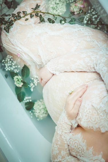Schwangeren-Fotos-Blumen-Badewanne