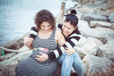 geschwister-lachend-am-meer-schwangerschaft