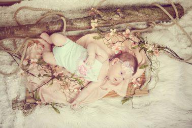 liegendes-baby-in-blumen