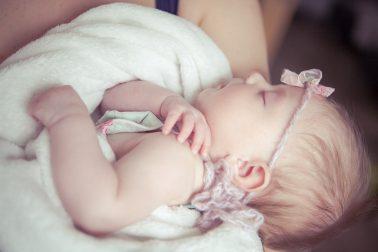 mutterliebe-baby-im-arm