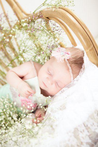 neugeborenenshooting-baby-schlafend-blumen